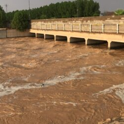 بلدية الأفلاج تنقل مياه الأمطار من شوارعها التي تعاني غرقاً كبيراً