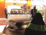 في يوم الوطن مواطن يقدم سيارة لأم مبارك