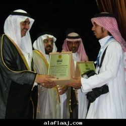 الشاعر خالد العتيبي مع معجبينه